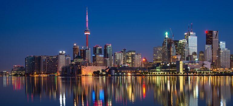 Movers Toronto: Toronto nighttime skyline